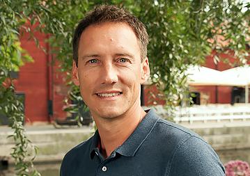 """Magnus har varit engagerad i miljöfrågor sedan 2003 då han började arbeta på Miljö- och hälsoskyddsförvaltningen i Västerås. År 2006 började Magnus första gången på ENA Miljökonsult AB. Nuvarande anställning påbörjades under våren 2016 och däremellan har Magnus jobbat som gruppchef och mättekniker på EnviLoop Mätteknik AB och som VA- och miljöingenjör på Mälarenergi AB.  Magnus är en erfaren miljö- och mätkonsult som har skaffat sig djupare kunskaper inom många olika områden genom utbildningar och tidigare anställningar.  Magnus är utbildad energi-och miljöingenjör på Mälardalens högskola i Västerås med examen 2002.  - Det bästa med mitt yrkesval är blandningen mellan teoretiskt och praktiskt arbete där problemlösning och leverans av kvalitativt arbete åt kunden står i fokus.  [themify_icon icon=""""fa-envelope"""" icon_color=""""#8cc63f""""] magnus@enamiljo.se  [themify_icon icon=""""fa-phone"""" icon_color=""""#8cc63f""""] 010-211 56 02"""